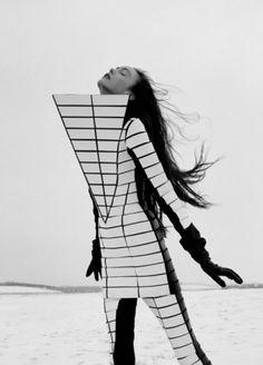 Fashion as Art - geometric fashion design with graphic shapes; futuristic fashion architecture // Gareth Pugh - love it Geometric Fashion, 3d Fashion, Fashion Design, Funky Fashion, White Fashion, Stonehenge, Monochrome, Structured Fashion, Mode Costume