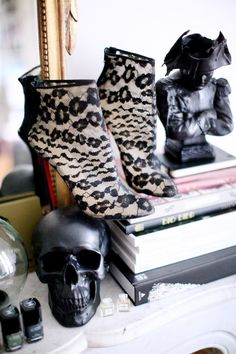 Crâne / Skull: UO —-Chaussures / Shoes : Louboutin —- Bougie Napoléon / Candle : Cire Trudon Source: thecherryblossomgirl.com.