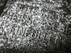 Keine heisse Asche einfüllen!   2016   (c) Rainer Wermelt   rainerwermelt.de