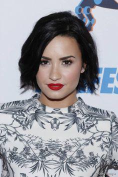 Demi Lovato está usando o corte bob que é tendência em 2015 com finalização bagunçadinha