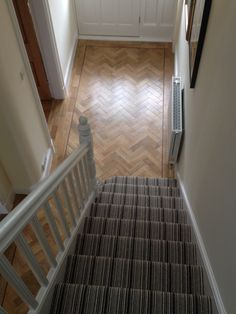 Telenzo Bakerloo Stripe Carpet with Karndean Parquet - Salle de Bains 01 Kardean Flooring, Modern Flooring, Kitchen Flooring, Flooring Ideas, Living Room Hardwood Floors, Living Room Wood Floor, Living Room Carpet, Tile Stairs, Carpet Stairs