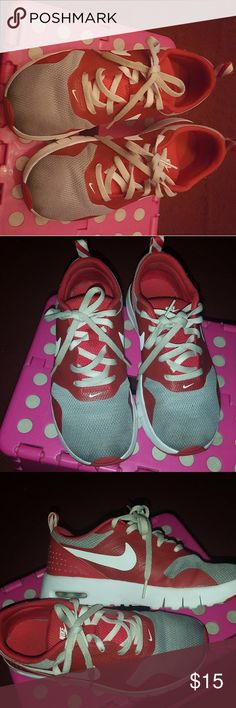 Girls Nike sneakers Still wearable, good condition Nike Shoes Sneakers