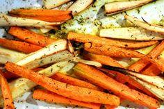 Uwielbiamy pieczone warzywa, dlatego powiemy Wam jak upiec warzywa korzeniowe. Pieczenie to ogólnie bardzo fajna metoda - szybka, prosta i bardzo zdr Diet Recipes, Healthy Recipes, Slow Food, What You Eat, Vegan Dinners, Food Design, Carrots, Grilling, Roast