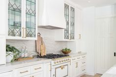 Lovely leaded glass doors are experiencing a resurgence in appreciation. They look particularly fresh again when used in white Kitchen Trends 2019 . Leaded Glass Cabinets, Glass Kitchen Cabinets, Kitchen Shelves, Glass Doors, Kitchen Tile, Kitchen Designs, Diy Kitchen, Kitchen Decor, Fresco