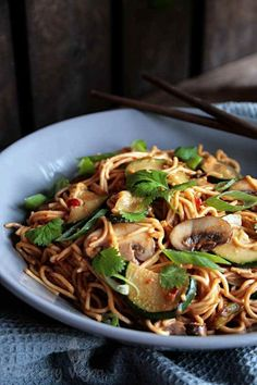 Asiatische Erdnuss-Nudeln mit Zucchini und Champignons Don't these noodles look delicious? If you like peanut sauce and Asian dishes in general, you will l Noodle Recipes, Fish Recipes, Asian Recipes, Ethnic Recipes, Peanut Noodles, Vegetarian Recipes, Healthy Recipes, Meal Recipes, Healthy Meals