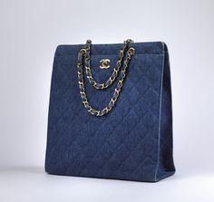 Chanel Auktion Lot 86: Chanel Quilted Denim Tote, um 1997/99, Handtasche aus blauem, in Rauten gestepptem Denim, 31,5 x 33 x 12,5 cm. Weitere Information auf der Website