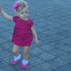 O escolhido foi um vestidinho fresquinho com sapatilha rosa e lacinho na cabeça da mesma cor.