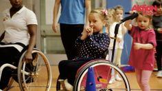 Emoki steht für 'Emotion und Movement for kids`' und ist ein Verein, der Kindern mit und ohne Behinderung spielerisch die Welt des Sports eröffnet. Der Ort: Die Turnhalle der Phoenix Schule in München. Die Zeit: Jeden Montagnachmittag. Dann treffen sich sechs- bis achtjährige Kinder mit und ohne Behinderung, um eine Stunde lang Sport zu machen.  Die Aktion Mensch unterstützt die Realisierung der neuen Sportaktivitäten mit 250.000 Euro.
