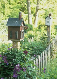 Birdhouses and little fences and pretty flowers.. so very quaint!