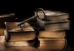 pile de livres anciens: Conceptual image nature morte de vieux livres anciens et une grande et vieille clé.