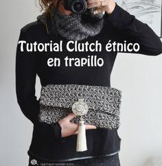 Hola a tod@s En este tutorial os enseño a hacer un Clutch Étnico de trapillo estampado. De hecho creo que es una de las pocas cosas que he hecho estampadas pero nada más verlo ya supe lo que haría. Necesitamos: Un ovillo de trap-art estampado étnico. Un ganchillo del 12. Un botón imantado. Un broche … Crochet Clutch, Crochet Handbags, Crochet Purses, Freeform Crochet, Filet Crochet, Knit Crochet, Cotton Cord, Diy Clutch, Knitted Bags