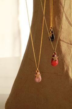 Collier de créateur Sweet Goutte - rouge/bronze Matériaux utilisés : Email , Métal couleur bronze Ce Collier est un collier composé d'un sequin goutte émaillé de couleur rouge, d'une breloque étoile en métal couleur bronze. 15€