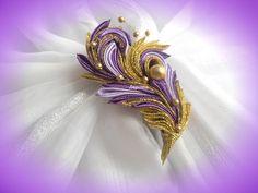 DIY satin ribbon brooch, how to make. Handmade Flowers, Diy Flowers, Fabric Flowers, Ribbon Jewelry, Ribbon Art, Diy Hair Jewellery, Shibori, Ribbon Projects, Zipper Crafts