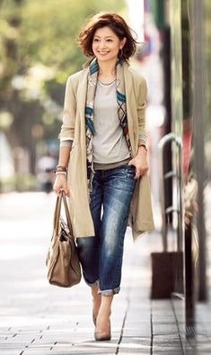 A silk twill scarf is an endlessly versatile way to add a chic dose of personality to any outfit. Here's how to tie a scarf. French girl style classically chic style hermes scarf how to tie a scarf neck scarf cute outfit ideas Fall Fashion Trends, Fashion Over 50, Look Fashion, Girl Fashion, Autumn Fashion, Womens Fashion, Mature Fashion, Hijab Fashion, Fashion Dresses