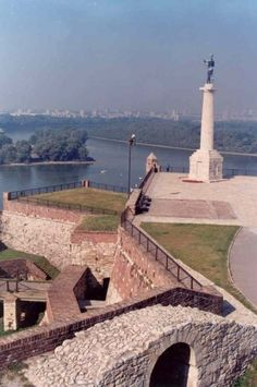 Fortress - Beograd: The green statue's behind is facing towards Turkey