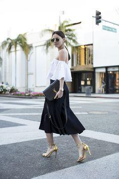 Ideas y trucos para combinar la tendencia del escote Bardot y los hombros al descubierto. Outfits de street style y blogs de moda. Tendencias veran...
