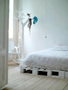 If you have a few left over pallet pieces, then how about trying on pallet bed diy. Yes, doing it yourself, not only makes you move up with the nicest bed Wooden Pallet Beds, Diy Pallet Bed, Pallet Patio Furniture, Diy Bed, Pallet Ideas, Make Your Bed, How To Make Bed, Decorating Your Home, Diy Home Decor