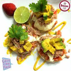 Sobre torticas de arroz, coloque atún, queso de mano, pico de gallo y aguacate! Toque de limón, sal y pimienta ... Lleno de color y sencillamente delicioso!  Disfrútalo desde #LaCocinaDeJeannette