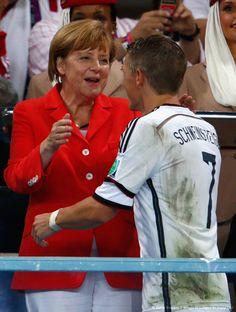 """Como un caballero, recibió Bastian Schweinsteiger el cálido abrazo de la canciller Angela Merkel: «Final, Alemania [1] vs. Argentina [0], 2014 FIFA Copa Mundo Brasil, """"todos en un mismo ritmo""""» [domingo, 13 de julio de 2014]."""