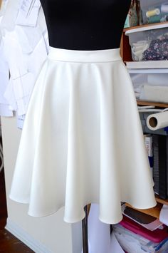 Circle Skirt - Free Template and Tutorial. Skirt Pattern Free, Free Pattern, Waist Skirt, High Waisted Skirt, Dressmaking, Skater Skirt, Skirts, Fashion, Moda