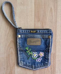 A beaded Pocket purse that I made from an old pair of Wranglers! I wasn't su… A beaded Pocket purse that I made from an old pair of Wranglers! I wasn't sure how it was going to turn out, so I kept beading to a minimum. Jean Pocket Purse, Denim Purse, Jeans Pocket, Jean Crafts, Denim Crafts, Blue Jean Purses, Pocket Craft, How To Make Purses, Denim Ideas