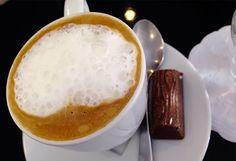 A cremosidade já pode ser apreciada na aparência, com bolhas que formam a perfeita combinação entre o café e o leite. #cafe #chocolate #coffee #bebocafe