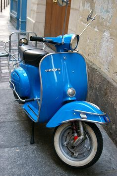 Old style Vespa by louise.jay, via Flickr #Vespa #Piaggio #italiandesign