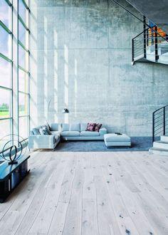 dielenfußboden massivholzdielen esche wohnzimmer sichtbeton wand