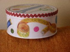 Ideas para reciclar latas | Hacer bricolaje es facilisimo.com Tin Can Crafts, Vbs Crafts, Painting Plastic, Painting On Wood, Bottles And Jars, Plastic Bottles, Mish Mash, Altered Boxes, Recycled Crafts