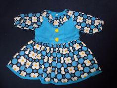 alte-Puppenkleidung-niedliches-Kleid-in-versch-Blau-Toenen-und-weissen-Blumen