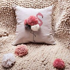 just sew the pompoms on -juliette Sewing Pillows, Diy Pillows, Decorative Pillows, Cushions, Throw Pillows, Diy Pillow Covers, Cushion Covers, Diy Deco Rangement, Home Crafts