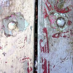 Peeling paint on wood, photo by makelifeparadise