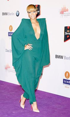 Rihanna at the 2010 Echo Awards in Berlin, Germany Rihanna Mode, Rihanna Style, Rihanna Red Carpet, Green Jumpers, Fashion Show, Fashion Outfits, Bad Gal, Capes For Women, Famous Stars