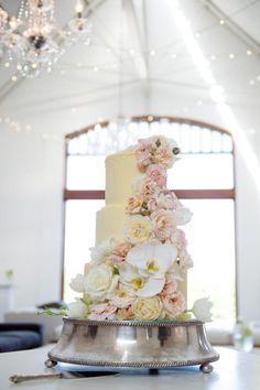 #weddingcake #gardenroses #roses #orchids #cakedecoration