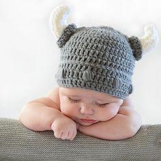 Gorro crochet casco vikingo para bebé. Divertido disfraz de punto de  vikingo 68dc78be625