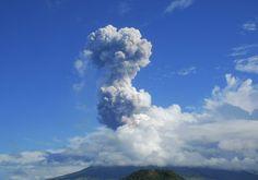 Nuvem de cinzas vulcânicas é vista no céu enquanto o vulcão Mayon, um dos mais ativos das Filipinas, entra em erupção - http://revistaepoca.globo.com//Sociedade/fotos/2013/05/fotos-do-dia-7-de-maio-de-2013.html (Foto: AP Photo/Allan Imperial)