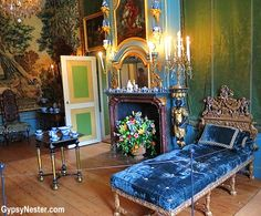 Het Loo Palace, The Netherlands. Boom of Queen Mary II (1662-1694). This is rather a conservator's phantasy; only the blue colour on the panelling is original. Even the fireplace was installed here not before 1982. The green damask on the walls follows an inventory of the palace from 1713; Mary's apartments had been left untouched until then. Queen Mary Ii, Belgium, Netherlands, Holland, Beautiful Homes, Castle Interiors, Indoor, Panelling, Defenders