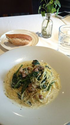Pasta with chicken and spinach cream sauce. チキンとほうれん草のクリームソース