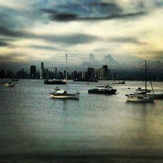 -Como me gusta mirar los barcos en la bahía -