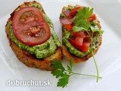 Fotorecept: Bruschetta so špenátovým pestom a paradajkami