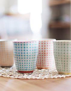 Idéal pour le café, un ensemble de 6 tasses à espresso de la collection Carla design @bloomingville Vous adorerez ce coffret de petites tasses en porcelaine ou gobelets au design résolument rétro et moderne à la fois. #nordicdesign #interiors