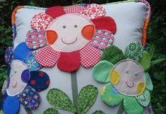 Você pode fazer almofada decorada com flores de retalhos para divertir os seus ambientes, e de forma sustentável.