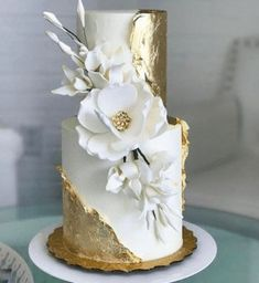 A gold leaf wedding cake design to tie in with your gold wedding theme. #weddingcakes