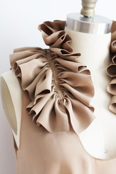 Ruffle Collar using decorative gathering - fabric manipulation for fashion design; dressmaking & sewing inspiration // Dolly Pearl Ruffle Collar using. Sewing Hacks, Sewing Tutorials, Sewing Projects, Sewing Patterns, Fashion Design Inspiration, Mode Inspiration, Morning Inspiration, Techniques Couture, Sewing Techniques