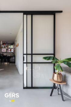 Op zoek naar inspiratie voor jouw woning? Neem dan eens een kijkje op de website van GewoonGers. Meer dan 100 verschillende woonideeën, woonstijlen en natuurlijk allemaal voorzien van stoere aluminium deuren en wanden. Neem bijvoorbeeld de schuifdeur: altijd op maat gemaakt en jij bepaalt het ontwerp! Steel Frame Doors, Kitchen Organisation, House Windows, Room Doors, Internal Doors, Door Design, Interior Inspiration, Building A House, Architecture Design