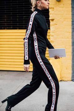 Tendencias de moda para el 2018 Logotipo de Givenchy en el Street Style New York Fshion Week