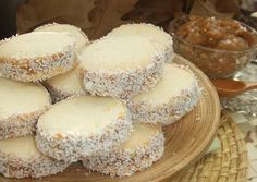 These cookies are SO good! Translate the page to English if you want to try it! The dulce de leche inside really makes this tasty treat. Delicious Desserts, Yummy Food, Tasty, Bolivian Food, Argentina Food, Cookie Recipes, Dessert Recipes, Pan Dulce, Cakes And More