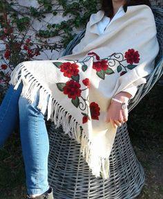 chalinas media estación bordadas a mano con motivos florales Mexican Embroidery, Hand Embroidery, Embroidery Designs, Punjabi Boutique, Mexican Fashion, Boutique Suits, Clothing Hacks, Boho Fashion, Boho Chic