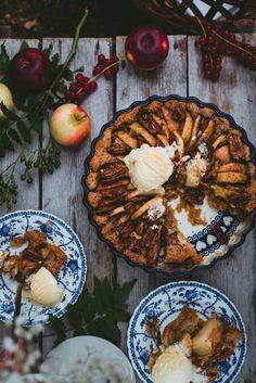 Mehevä omenapiirakka. Vegaaninen Finnish Recipes, Foods To Eat, Vegan Baking, Camembert Cheese, Waffles, Goodies, Dairy, Cooking Recipes, Breakfast