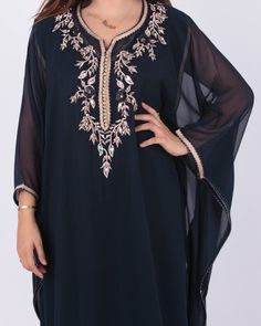 Tenues marocaines pour ramadan South African Fashion, Latest African Fashion Dresses, Kaftan Style, Caftan Dress, First Birthday Outfit Girl, Niqab Fashion, Mode Abaya, Couture, Moroccan Caftan